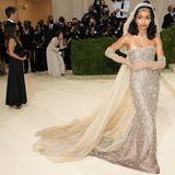 Schauspielerin Yara Shahidi sieht in ihrem Dior-Kleid mit Schleier und edlem Schmuck von Cartier einfach umwerfend aus.
