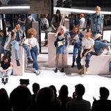 Die Models der Fashion-Show von Levi's posieren in großer Gruppe auf dem Laufsteg. Auffallendes Merkmal der Show: Die Jeansmodelle der aktuellen Kollektion zeichnen sich durch weite Schnitte aus.
