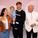 Süße Unterstützung: Die Eltern von Marina Hoermanseder laufenzusammenmit dem Partner und der Tochter der Designerin über den roten Teppich.