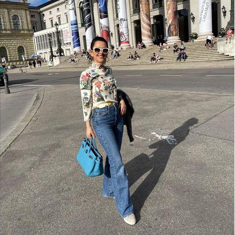 Gezwitscher: Viktoria Lauterbach posiert vor einem Museum in München