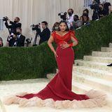 Das enganliegende Kleid von Zac Posen setzt die Kurven von Paloma Elseser perfekt in Szene.