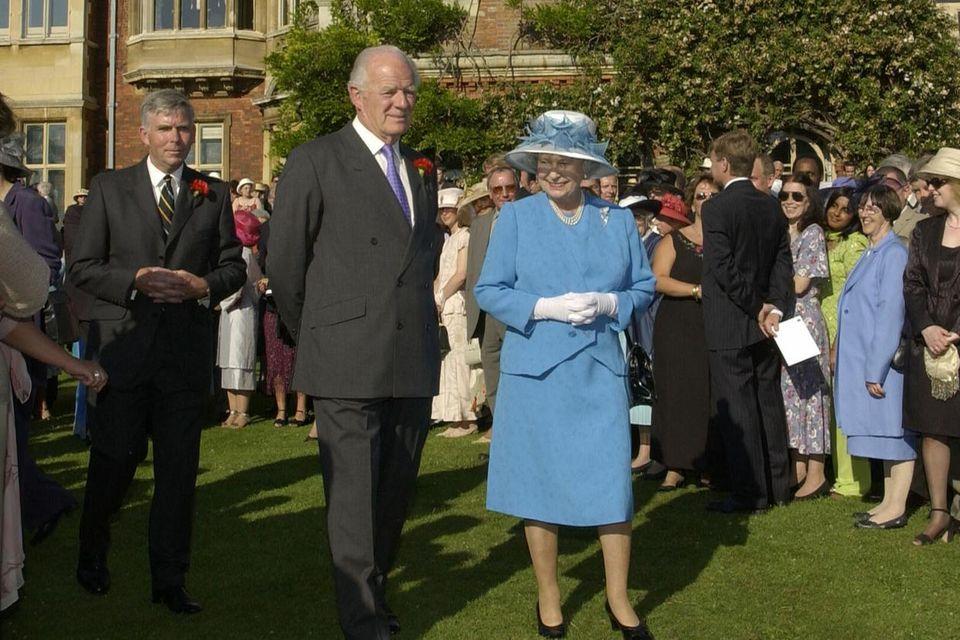 Queen Elizabeth hier in Begleitung von Sir Timothy Colman am 18. Juli 2002 auf einer Gartenparty des Sandringham Hauses.