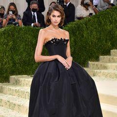 """Bei Kaia Gerber ist """"Old Hollywood""""-Glamour angesagt. Ihr Kleid von Oscar De La Renta wurde von Bianca Jagger inspiriert."""