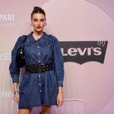 Model Celine Bethmann läuft vor der Levi's-Fashion-Show ineinem langärmeligen Kleid über den Red Carpet. Passend zur Marke setzt die ''Germany's next Topmodel''-Gewinnerin von 2017auf Jeansstoff.
