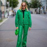 Sonia Lyson zeigt sich während der About You Fashion Week in einem stylischen All-Green-Look: Zu der lockeren Lederhose trägt sie eine farblich passende Jeansjacke. Abgerundet wird das Outfit durch eine grüne Tasche von Bottega Venetta und schwarzen Prada-Stiefeln.