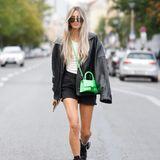 Grün als neue Trendfarbe? Neben Sonia Lyson setzt auch die Influencerin Saraja Roberta Elez auf den grellen Farbton: Zu einer kurzen Jeanshose, schwarzen Stiefeln und einer weiten Lederjacke kombiniert die Blondine eine Umhängetasche in auffälligem Grün.