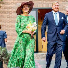 Grau und nass war gestern, Königin Máxima holt mit ihrem Blümchenlook den Sommer zurück. Die grüne Kombi aus Plisseerock und Faltenbluse von Natanist frisch und farbenfroh und genau das Richtige für den Herbstanfang. Dazu kombiniert sie einen Hut vonMaison Fabienne Delvigne und Schuhe von Gianvito Rossi in einem warmen Beerenton.