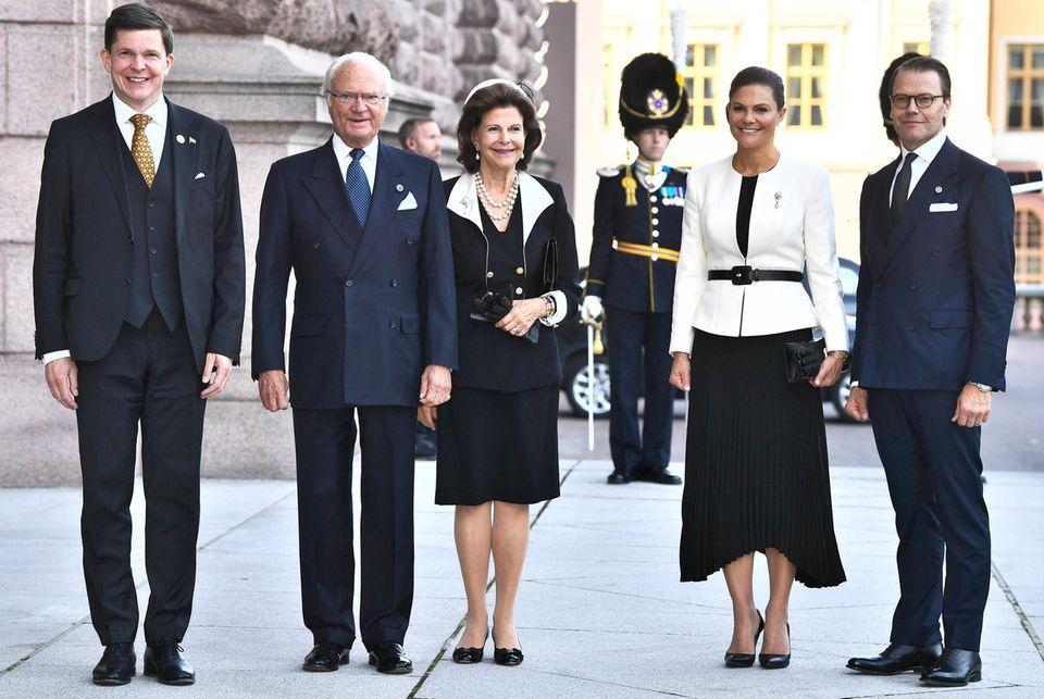 RTK: Schwedische Königsfamilie vor Reichstagsgebäude