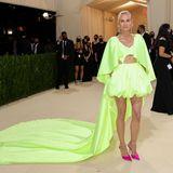 Diane Kruger lässt es in ihrem Neon-Dress von Prabal Gurung und pinken Heels von Jimmy Choo ganz schön knallig angehen.