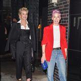 Auch Sharon Stone steigt von Glamour-Look lieber auf einen bequemeren Anzug-Style um. An ihrer Seite Fußball-StarMegan Rapinoe, die auf Jeans umgestiegen ist.