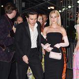 Brooklyn Beckham befreit sich für die Nacht nach der Met Gala nur von seiner schwarzen Krawatte, Nicole Peltz steigt komplett um auf einen eleganten Bustier-Look mit langen Handschuhen.