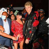 Megan Fox bleibt für die After-Show-Party bei der Farbe Rot, der Look ist allerdings wesentlich kürzer. Zusammen mit ihrem Freund Machine Gun Kelly, der passend zu ihr rote Blüten auf seiner Lederjacke trägt, besucht sie die Party von Justin Bieber.