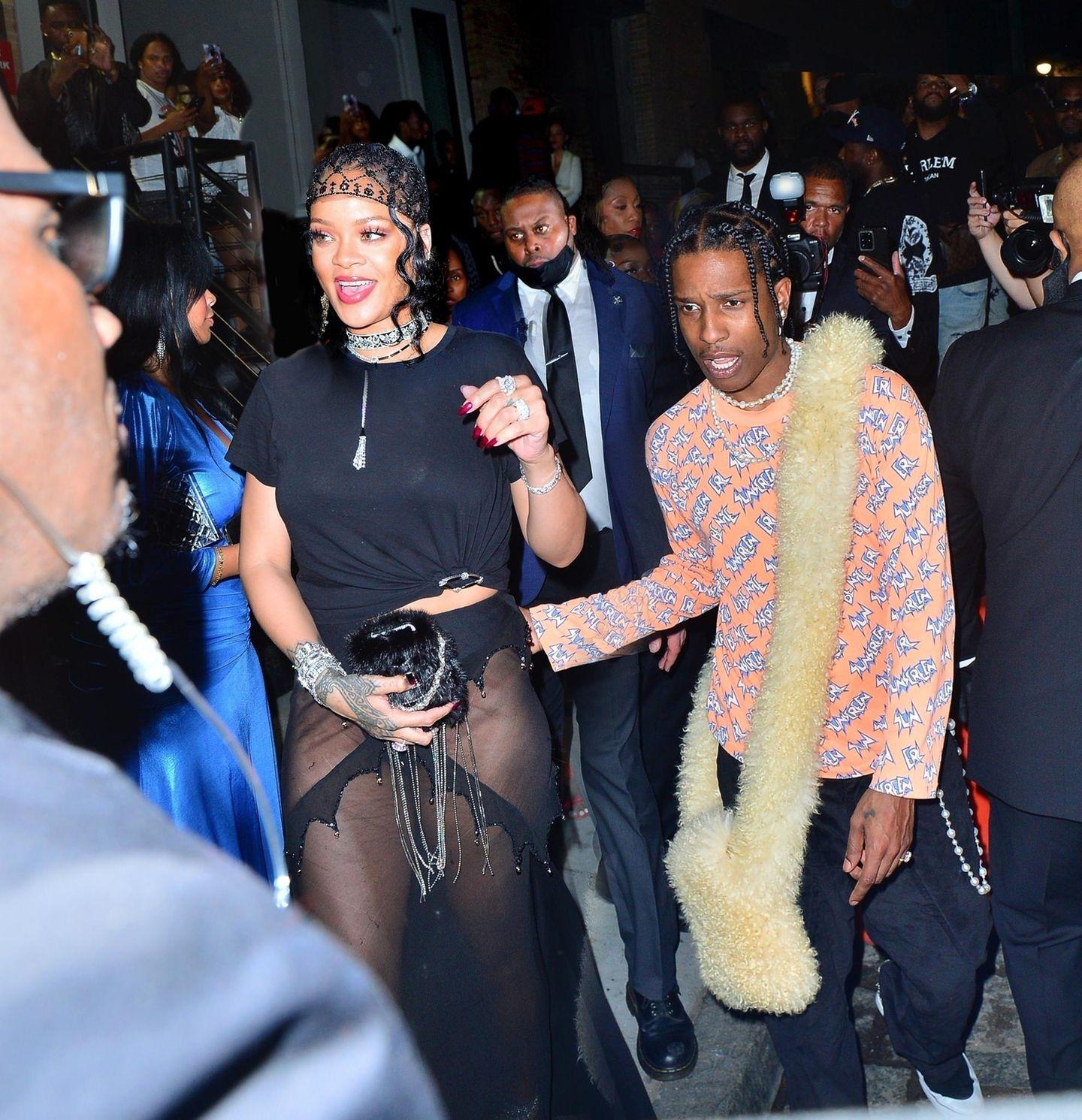 Rihannas Party nach der Met Gala gehört zu den Highlights für die Feierwütigen. Gemeinsam mit ihrem FreundA$AP Rocky lässt sie mit lässigem T-Shirt und sehr transparentem Rock noch bis in die Nacht die Puppen tanzen.