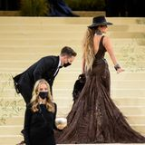 Assistenten der Stars: Jennifer Lopez auf dem Red Carpet der Met Gala 2021