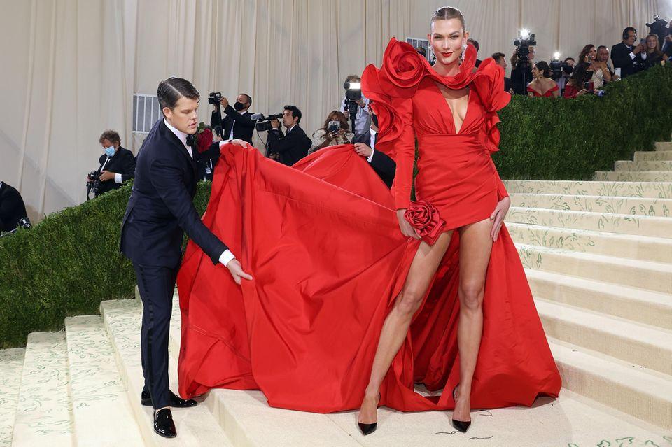 Assistenten der Stars: Karlie Kloss auf dem Red Carpet der Met Gala 2021