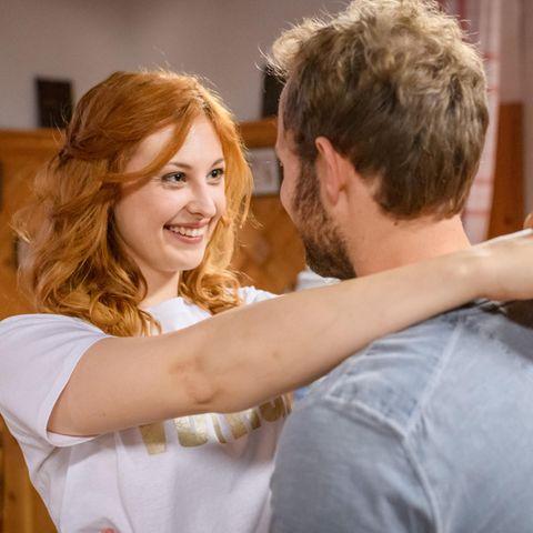 Constanze (Sophia Schiller, l.) überredet Florian (Arne Löber, r.) mit ihm zu tanzen.