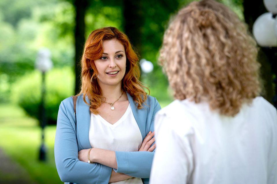 Constanze (Sophia Schiller, l.) wird von ihrer Schwester Maja (Christina Arends, r.) zur Rede gestellt.