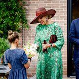 RTK: Königin Màxima nimmt beiProvinzbesuch Blumen entgegen