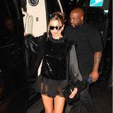Auch Hailey Bieber bleibt bei Schwarz für den Abend, nur sindstatt schönem Dekolletéjetzt ihre langen Beine zu sehen.