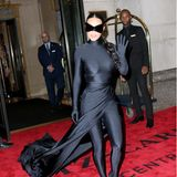 Kim Kardashian hat ihren Verhüllungslook zwar nicht abgelegt, jetzt kann man sie unter der etwas kleineren Batwoman-Maske aber wenigstens auch erkennen.