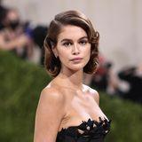 """Kaia Gerber ließ sich sowohl für ihr Outfit, als auch ihre """"Old Hollywood""""-Frisur von Bianca Jagger inspirieren."""