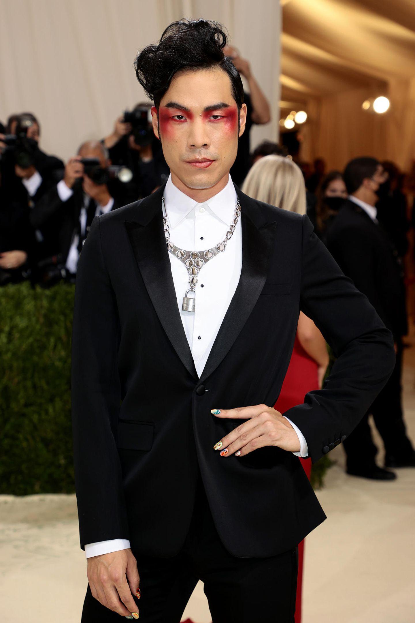 Schauspieler Eugene Lee Yang begeistert mit rotem Lidschatten, der ins Rouge verläuft.