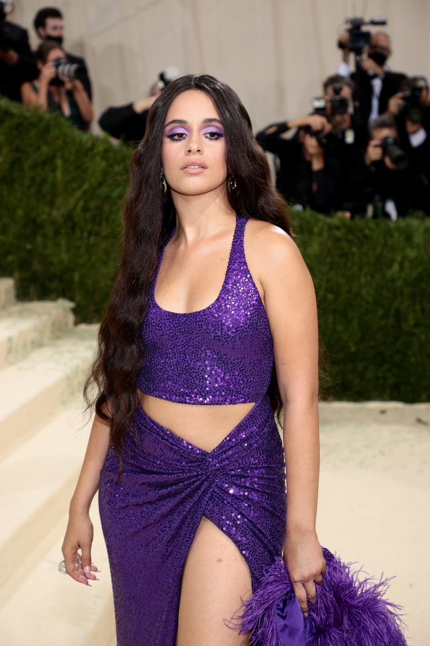 Camila Cabello hat ihr Make-up perfekt auf ihr Kleid abgestimmt. Ihre Haaren wurden mit Produkten von ghd gestylt.