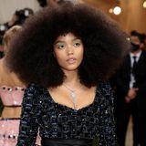 Whitney Peak erscheint mit XXL-Afro und einem neongrünen Eyeliner aus kleinen Punkten.
