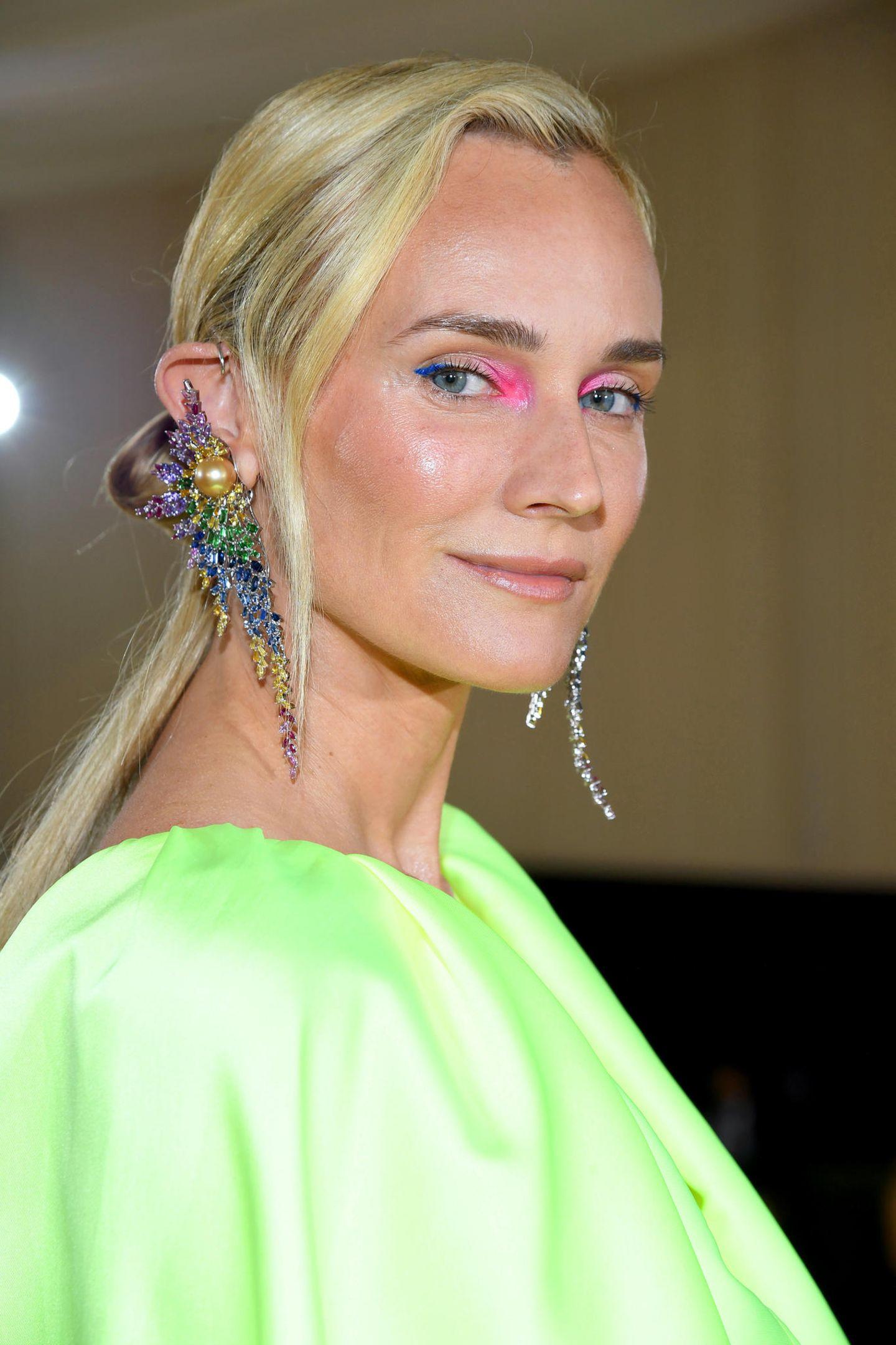Model Diane Kruger bringt mit bunten Akzenten Farbe ins Spiel.