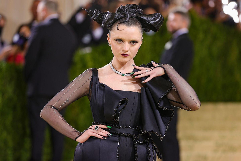 """Bei """"Game Of Thrones""""-Star Maisie Williams weiß man gar nicht, wo man zuerst hinschauen soll? Die extravagante Frisur, die gebleichten Augenbrauen oder doch das Gothic-Make-up?"""