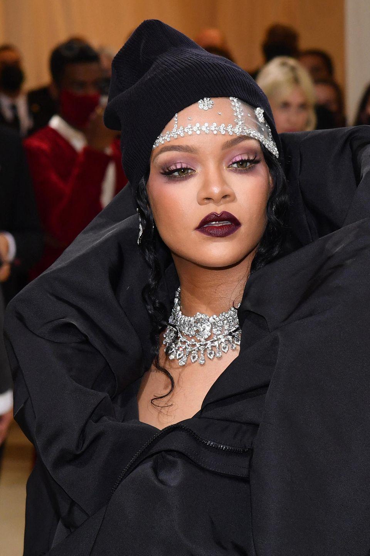 Rihanna begeistert nicht nur mit ihrem auffälligen Outfit. Auch ihr Beanie und Glam-Make-up sorgen für offene Münder.
