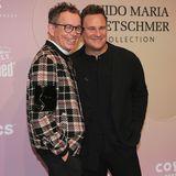 Guido Maria Kretschmer und Frank Mutters laufen gemeinsam über den roten Teppich