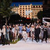Als Abschluss des gelungenen Eventsposieren die Models der Guido Maria Kretschmer-Show gemeinsam mit dem Designer auf dem Laufsteg.