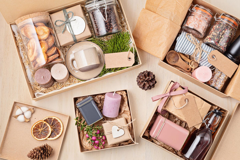 Nachhaltige Geschenkideen: Kerzen, Glasbehälter, selbst gebackene Kekse, nachhaltige Ressourcen