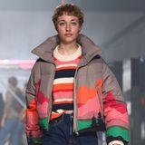 Ein Model läuft über de Laufsteg der Fashion-Show von Jack & Jones
