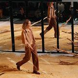 Ein Model läuft über den Laufsteg von Lena Meyer-Landrut