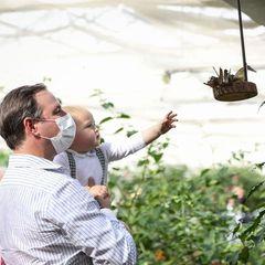 Ihre Liebe in Bildern: Prinz Charles ist auf dem Arm von Prinz Guillaume und streckt seine Hand nach Schmetterlingen aus