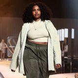 Ein Model präsentiert die Modekollektion von Lena Meyer-Landrut