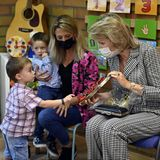 Royaler Terminkalender: Königin Mathilde besucht eine Schule und unterhält sich mit den Kindern