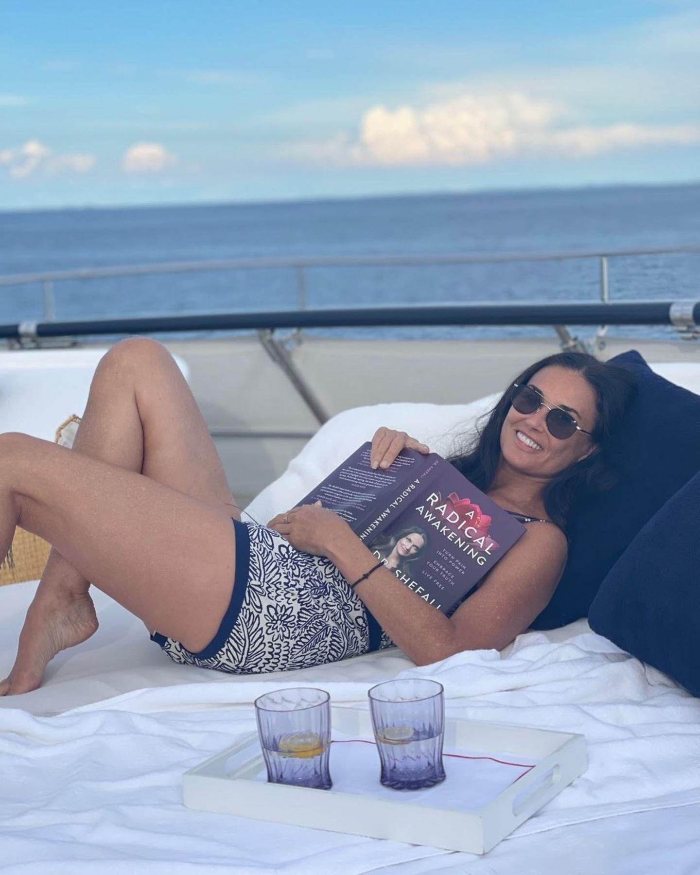 Stars mit Buch: Demi Morre liest im Urlaub
