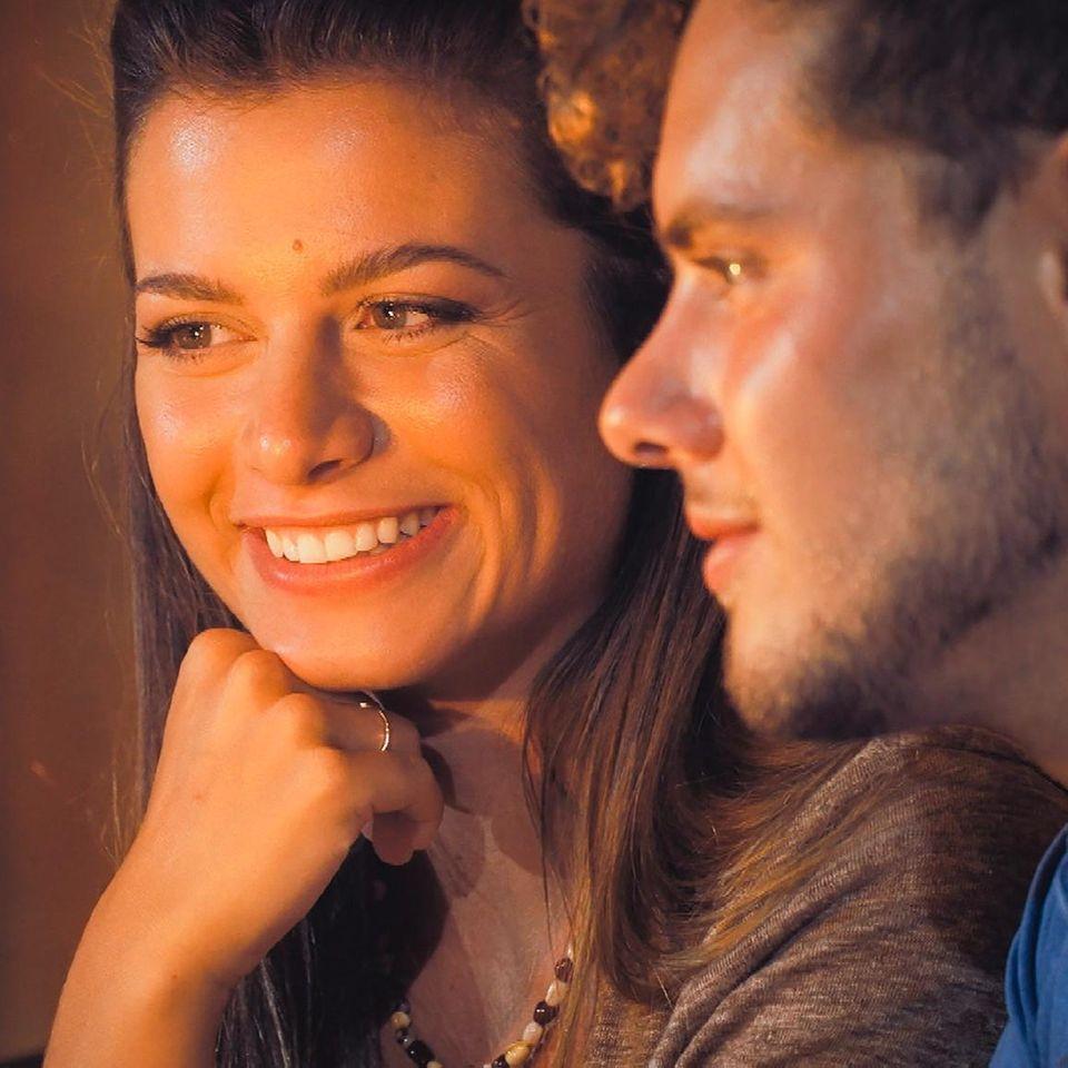 Bachelorette: Maxime und Raphael betrachten eine Wunderkerze