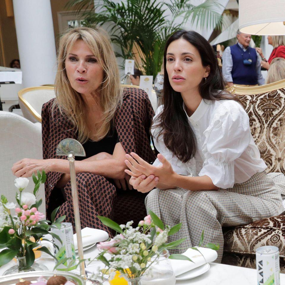 Alessandra de Osma ist als Handtaschen-Designerin nicht nur selbst Teil der Modeindustrie, auch als Zuschauerin findet man sie direkt am Laufsteg in der Front-Row. Mit ihrer MutterFoy Vasquez besucht sie die Modenschau von Designer Jorge Vazquez und schaut gespannt auf die neuen Modelle.