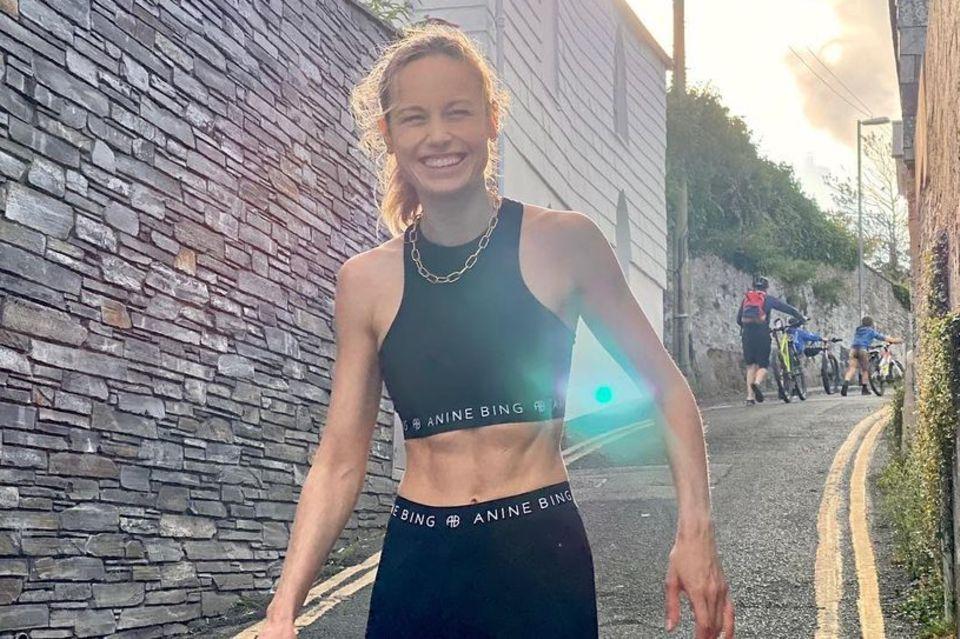 Brie Larson zeigt ihre Bauchmuskeln