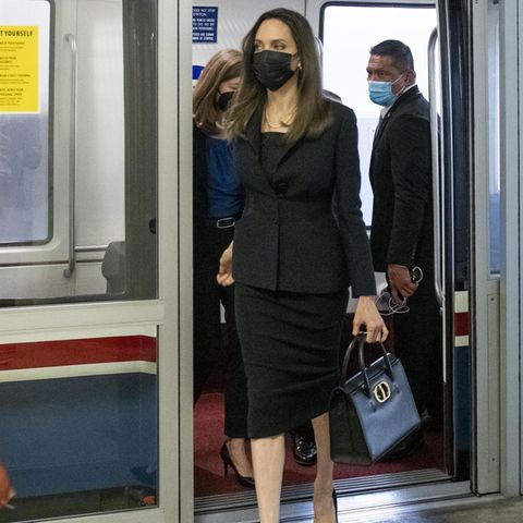 Huch, das ist aber ein untypisches Setting für Angelina Jolie. In einer U-Bahn hat man die Schauspielerin wohl noch nie gesehen. Doch natürlich handelt es sich bei der Subway um kein typisches öffentliches Verkehrsmittel. Jolie befindet sich auf dem Weg zum U.S. Capitol und nimmt dafür eine ganz spezielle U-Bahn, die direkt in das Regierungsgebäude führt. Für den besonderen Tag trägt sie ein edles schwarzes Kostüm und eine Dior-Tasche.