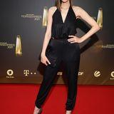 RTL-Star Bella Lesnik macht in ihrem schwarzen Satin-Jumpsuit eine tolle Figur auf dem roten Teppich.