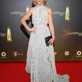 Graue Volants, Mini-Federn, aufgestickte Applikationen – das Abendkleid von Wolke Hegenbarth gehört zu den schönsten beim deutschen Fernsehpreis 2021.