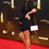 Sarah Engels erwartet ihr zweites Kind und verpackt ihre Babykugel in einem schwarzen Minikleid.
