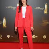 """""""Princess Charming"""" Irina Schlauch lässt es lässig angehen. Zum roten Hosenanzug wählt sie Shirt und Sneakers."""