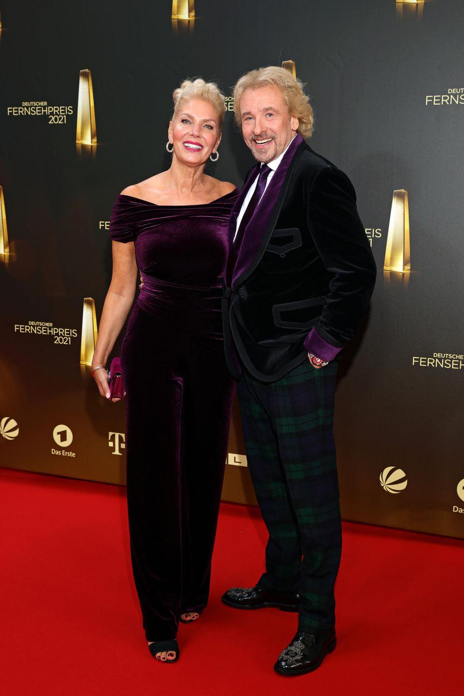 Total verliebt posierenThomas Gottschalk und seine Lebensgefährtin Karina Mross für die Fotografen. Für ihren Auftritt beim deutschen Fernsehpreis setzen beide auf lilafarbenesSatin.