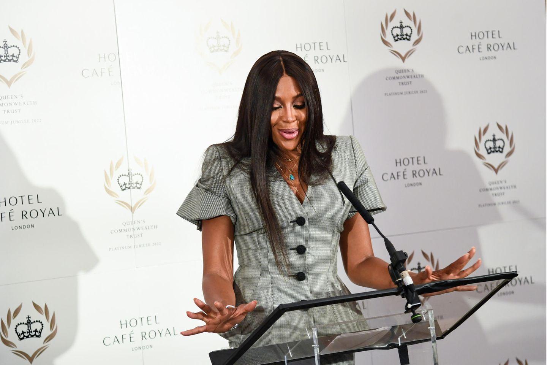 Naomi Campbell hält eine Rede auf der Pressekonferenz des Queen's Commonwealth Trust im Hotel Cafe Royal am 16. September 2021 in London, England.